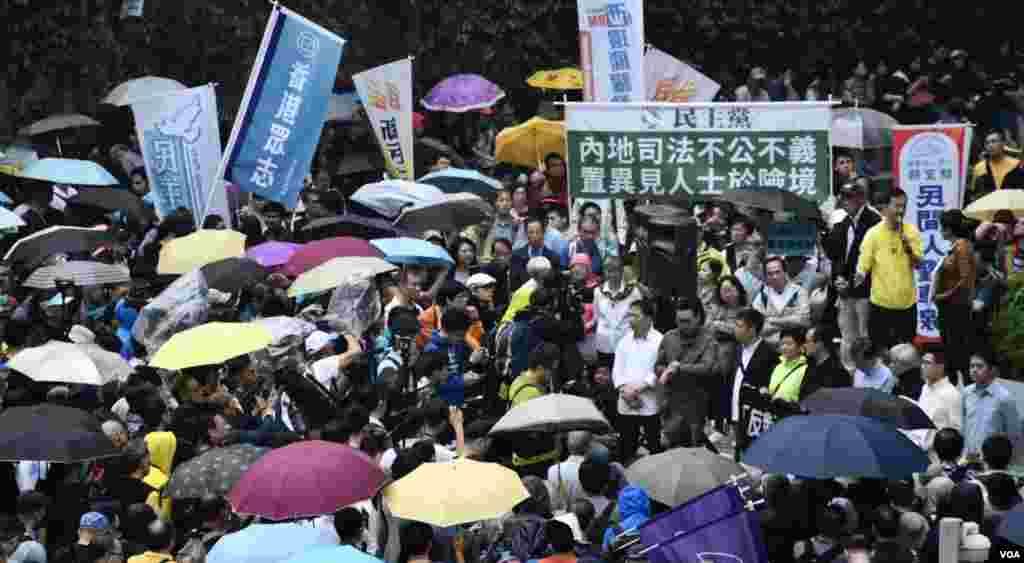大批遊行人士在終點公民廣場集會(美國之音湯惠芸攝)