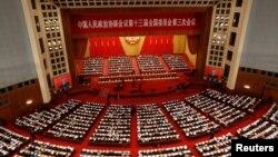 Pejabat dan delegasi China menghadiri sesi pembukaan Konferensi Konsultatif Politik Rakyat China (CPPCC) di Aula Besar Rakyat di Beijing, Cina 21 Mei 2020. (REUTERS / Carlos Garcia Rawlins)