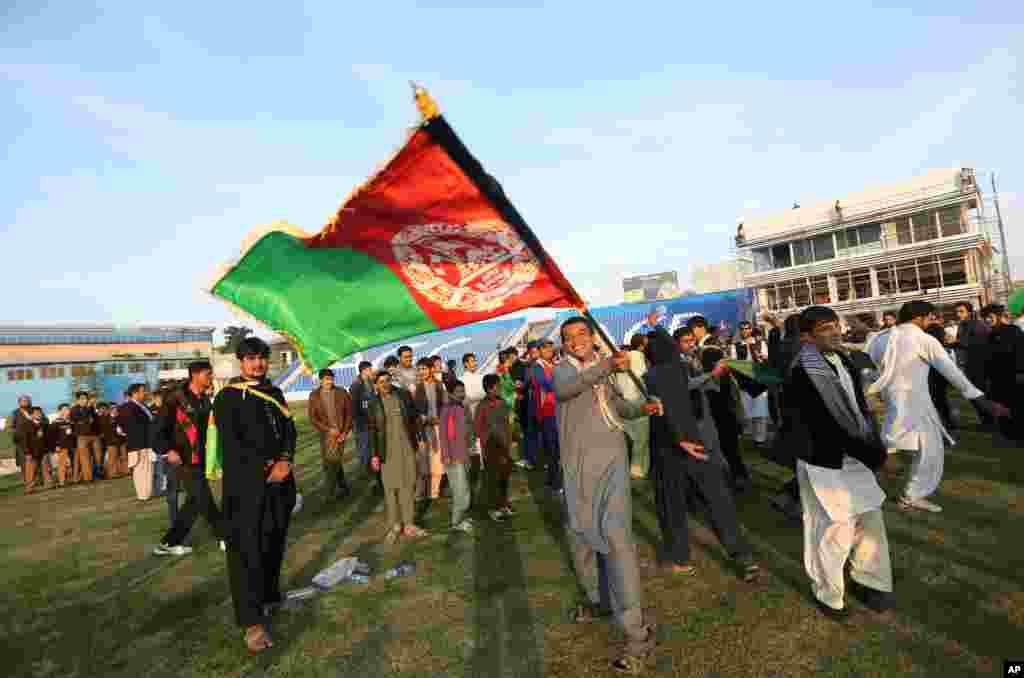 هواداران کریکت افغانستانی پیروزی تیم ملی افغانستان مقابل زیمبابوه را جشن گرفته اند