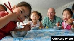 북한 어린이들이 월드비전이 제공한 밀가루로 만든 국수를 먹고 있다. 사진 제공: 월드비전.