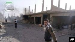 古赛尔的活跃人士走在真主党炮轰过的街道上
