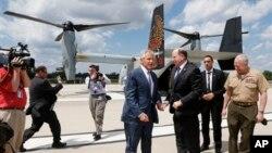 Menhan AS Chuck Hagel menyambut Menhan Israel Moshe Yaalon setibanya di Pentagon dengan pesawat MV-22 Osprey, Jumat (14/6).