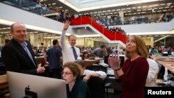 퓰리처상 4개 부문 수상을 휩쓴 뉴욕타임즈의 아서 슐츠버그 발행인이 15일 손가락 4개를 펴보이고 있다.