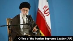 Lãnh tụ tối cao Iran Ayatollah Ali Khamenei phát biểu trong cuộc gặp với các sinh viên ở Tehran, Iran, ngày 3/11/2015.