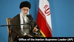 伊朗最高领导人阿亚图拉.阿里.哈梅内伊与当地学生见面并发表讲话,2015年11月3日。