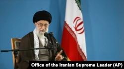 2016年11月23日,伊朗最高领导人阿亚图拉阿里·霍梅内伊发表讲话,对美国可能恢复对伊朗的制裁表示关注。该图是霍梅内伊去年11月3日在德黑兰会见学生的照片。