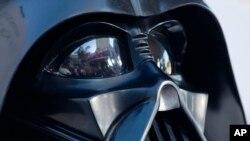 """El trajees uno de los pocosde Darth Vader producidos en 1979 por el equipo del diseñador de vestuario de """"Star Wars"""", en Londres, para la película """"The Empire Strikes Back""""."""