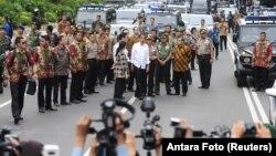 조코 위도도 인도네시아 대통령(가운데 흰옷)이 14일 테러 공격이 발생한 자카르타 도심의 사건 현장을 방문했다.