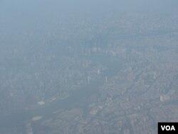 俯瞰雾霾笼罩的上海黄浦江沿岸(美国之音 申华拍摄)