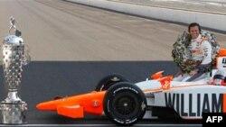 Дэн Уэлдон после победы в гонке «Индианаполис-500». Архивное фото.