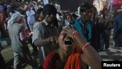Une femme se dit être possédée par des esprits maléfiques alors qu'elle entre dans un état de transe au temple Guru Deoji Maharaj du village Malajpur dans le district de Betul dans l'Etat indien central de Madhya Pradesh Janua.