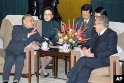 1989年11月10日,中国领导人邓小平和美国前国务卿基辛格在北京人民大会堂交谈。