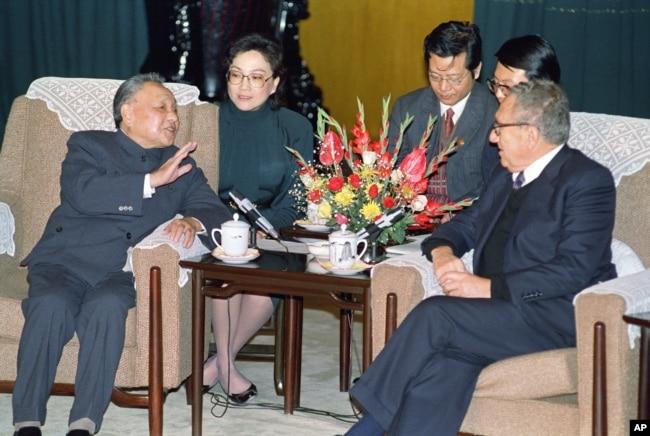 1989年11月10日,中國領導人鄧小平和美國前國務卿基辛格在北京人民大會堂交談。