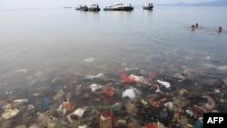 Sampah-sampah plastik tampak mencemari Laut Teluk Lampung, Bandar Lampung, 21 Februari 2019 lalu (foto: ilustrasi).