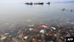 Sampah plastik di teluk Lampung, Desa Sukaraja, kecamatan Bumi Waras, Bandar Lampung, 21 Februari 2019.