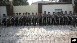 警察站在驻印度尼西亚雅加达的缅甸大使馆外(2017年9月4日)