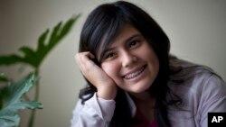 Keren Dunaway-González, secuestrada y rescatada en Honduras, conversa durante una entrevista en México con la AP, en 2008.