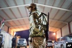 ທະຫານລີເບຍຄົນນຶ່ງ ຢືນຍາມຢູ່ປະຕູເຂົ້າເມືອງ 110 ກິໂລແມັດ (68 ໄມລ) ຈາກເມືອງ Sirte ປະເທດ Libya.
