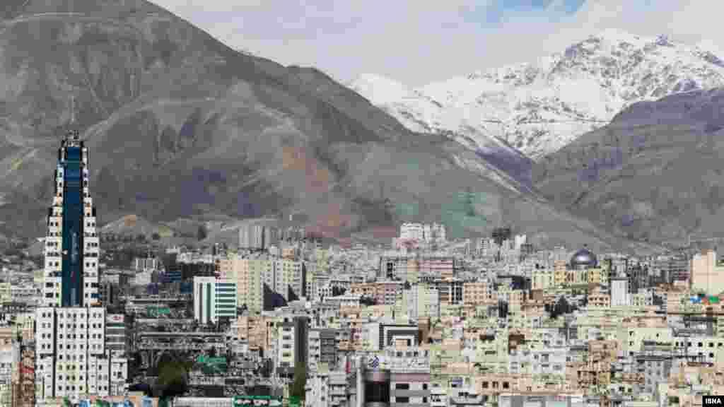 آسمان آبی پایتخت چند روز پیش از آلودگی هوای تهران نوشتیم، در پی بارندگیهای چند شب گذشته و وزش نسبتاً شدید باد در پایتخت، حالا تهران شاهد آسمانی آبی و هوای پاک بود. عکس: امین خسروشاهی، ایسنا