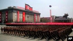 Soldados norcoreanos marchan por la plaza Kim Il Sung durante un desfile militar en Pyongyang, para celebrar el 105 aniversario de nacimiento de Kim Il Sung, el último fundador del país y abuelo del actual gobernante Kim Jong Un, sábado 15 de abril de 2017.