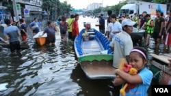 Seorang gadis cilik memeluk erat-erat bonekanya saat mengungsi dari banjir yang menggenangi rumahnya di pinggiran Bangkok.