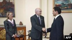 Potpredsednik srpske vlade Bozidar Djelić i zamenik pomoćnika državnog sekretara SAD Filip Riker se pozdravljaju u prisustvu ambasadorke SAD Meri Vorlik u zgradi Vlade Srbije.
