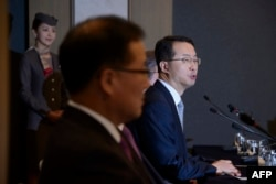 Asiana Airlines CEO Kim Soo Cheon (R) speaks at a press conference in Seoul, Feb. 10, 2014.