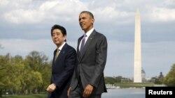 지난 27일 바락 오바마 미국 대통령(오른쪽)이 미국 방문 중인 아베 신조 일본 총리와 워싱턴의 링컨 기념관을 방문했다. 두 정상의 뒤로 워싱턴 기념비가 보인다.