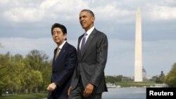 Tổng thống Mỹ Barack Obama và Thủ tướng Nhật Shinzo Abe đến thăm Đài tưởng niệm Lincoln ở Washington, phía sau là Đài tưởng niệm Washington, ngày 27/4/2015.