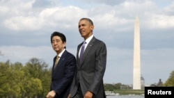 Presiden Barack Obama dan PM Jepang Shinzo Abe saat mengunjungi Lincoln Memorial di Washington DC, 27 April 2015 (foto: dok).