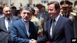 英國首相卡梅倫(右)正在阿富汗首都喀布爾訪問﹐與阿富汗總統卡爾扎伊會面﹐期間有四名北約人員在東部兩宗不同襲擊事件中身亡。