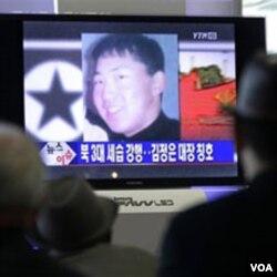 Stasiun TV Korea Selatan menyiarkan berita tentang Kim Jong Un.