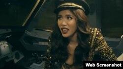 Hình ảnh hậu trường chụp lịch bikini trong đoạn video đăng trên YouTube của VietJet.