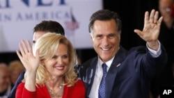 美國共和黨總統參選人羅姆尼星期二贏得密西根州的初選後和他的太太出席競選派對和他的支持者見面。