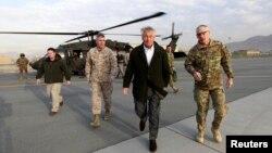 """Bộ trưởng Quốc phòng Hoa Kỳ Chuck Hagel nói ông đã nói """"rõ ràng và trực tiếp"""" với Tổng thống Afghanistan Hamid Karzai rằng việc Hoa Kỳ hợp tác với Taliban là không đúng sự thực."""