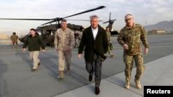 Menteri Pertahanan AS, Chuck Hagel turun dari helikopter menuju pesawat militernya di Kabul untuk kembali ke Washington (11/3). Jumpa pers bersama Presiden Afghanistan dan Menhan AS dibatalkan karena ancaman keamanan dan ungkapan Presiden Karzai menanggapi serangan Taliban saat lawanan Menhan AS di negara itu.