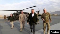 美國國防部長哈格爾星期一在喀布爾離開一架黑鷹直升機走向一架軍用運輸機﹐準備返回華盛頓。