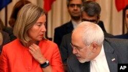 جواد ظریف، وزیر خارجه ایران و فدریکا موگرینی، رئیس سیاست خارجی اتحادیه اروپا در جلسه کمیسیون مشترک برجام. ششم ژوئیه - وین اتریش.