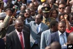 UMongameli Robert Mugabe labanye abalwa impi yenkululeko.