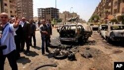 Les agents de sécurité a proximité d'une voiture endommagée par une bombe à Nasr City, au Caire, Egypte, 5 Sept., 2013.