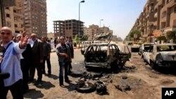 이집트 보안군이 5일 무함마드 이브라힘 내무장관 자택 근처에서 일어난 폭탄 공격 현장을 조사중이다.