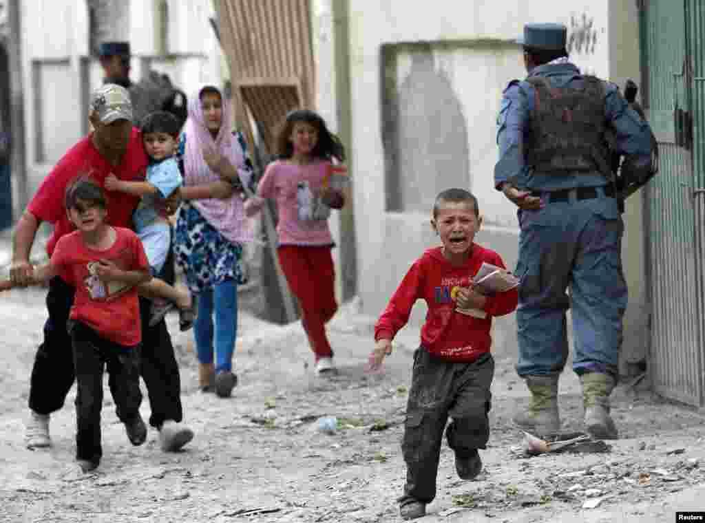 Uşaqlar partlayış baş verən yerdən qaçır