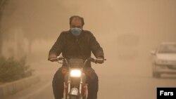 کارشناسان می گویند میزان غلظت گرد و غبار معلق در هوا از حد مجاز عبور کرده و به ۶۶ برابر حد مجاز رسیده است.