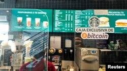 엘살바도르의 한 커피 전문점 앞에 비트코인을 받는다는 표지가 붙어 있다. (자료사진)