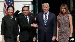 Presiden AS Donald Trump dan ibu negara Melania Trump (kanan) menerima PM Thailand Prayuth Chan-ocha dan istrinya, Naraporn Chan-ocha di Gedung Putih, Washington DC Senin (2/10).