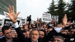 一家支持埃尔多安总统竞争对手的报纸主编在被拘留时向支持者致敬4.