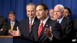 El senador Marco Rubio habla en la rueda de prensa en el Capitolio flanqueado por Chuck Schumer (a su derecha) y John McCain.