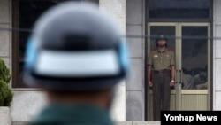 지난 31일 판문점에서 경계근무 중인 북한군(오른쪽)이 남측을 바라보고 있다. (자료사진)