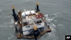 En esta foto, tomada el 9 de septiembre de 2011 y liberada por la marina mexicana el septiembre de 2011 una plataforma petrolera flota en el mar tras ser afectada por la tormenta tropical Nate.