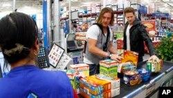 Dos estadounidenses aportan al programa Outnumber Hunger, que ayuda con comida a personas necesitadas.
